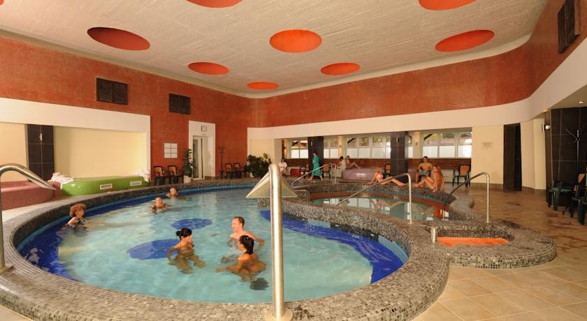 Hunguest Hotel Flóra 3*